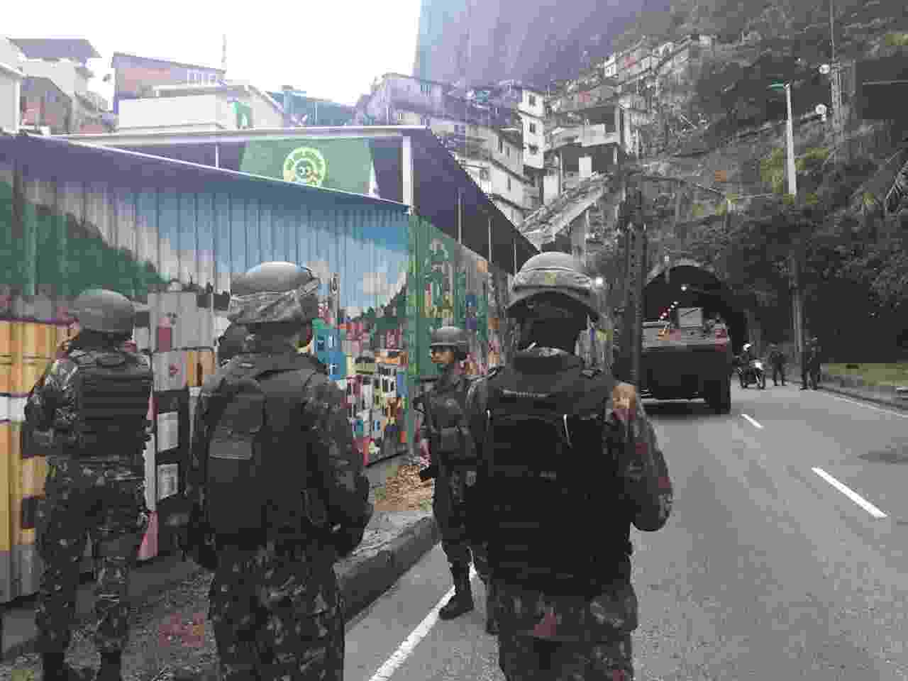 9.jun.2018 - Operação militar na Rocinha, no mesmo dia em que outras três favelas recebem ações em busca de criminosos e druição de barricadas - Luis Kawaguti/UOL