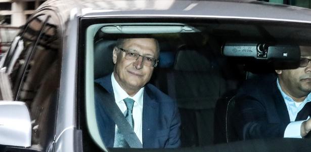O candidato do PSDB à Presidência, Geraldo Alckmin (esq), chega para depor na sede do Ministério Público em São Paulo