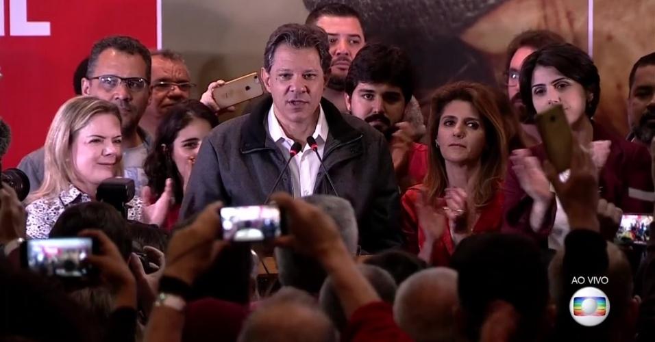 Fernando Haddad, candidato do PT à Presidência, se pronuncia após estar confirmado no segundo turno da eleição contra Jair Bolsonaro (PSL)