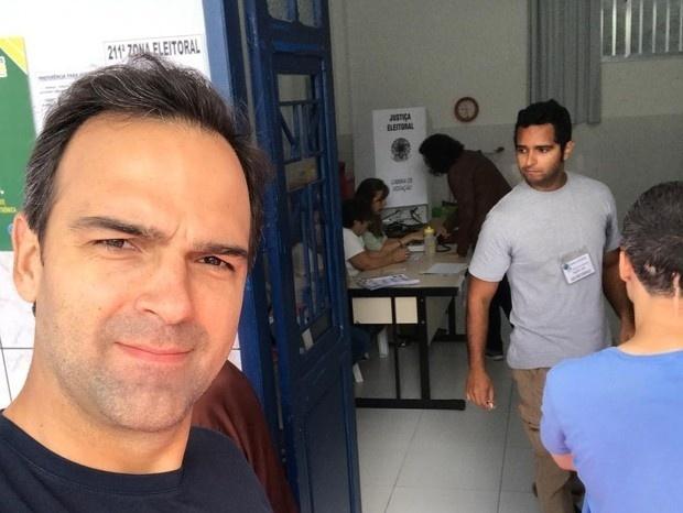 28.out.2018 - O apresentador Tadeu Schmidt também compareceu às urnas e registrou o momento no Instagram