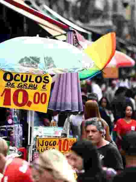 Movimentação de consumidores no Saara, de comércio ambulante, no Rio de Janeiro (1.dez.2017) - Fábio Mott/Agência Estado