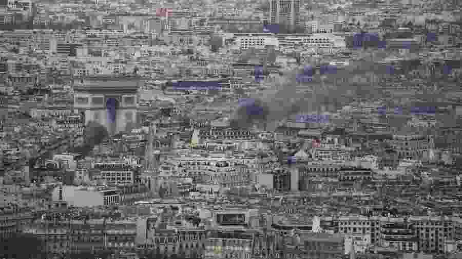 Fumaça em meio às ruas de Paris neste sábado (8), que teve confrontos e barricadas - Ludovic Marin