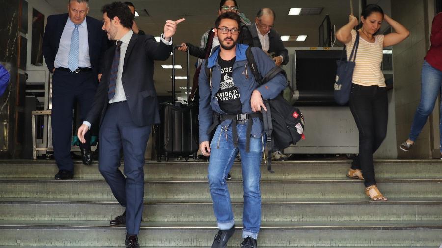 31.jan.2019 - O cônsul adjunto da Espanha em Caracas, Julio Navas, acompanha a saída dos jornalistas da agência Efe Gonzalo Domínguez, Maurén Barriga e Leonardo Muñoz - Miguel Gutiérrez/Efe
