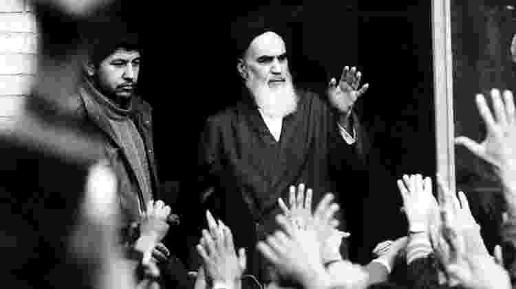 O falecido líder e fundador da Revolução Islâmica aiatolá Khomeini fala de uma varanda da escola Alavi em Teerã, Irã, durante a revolução do país em fevereiro de 1979 - Arquivo/Reuters
