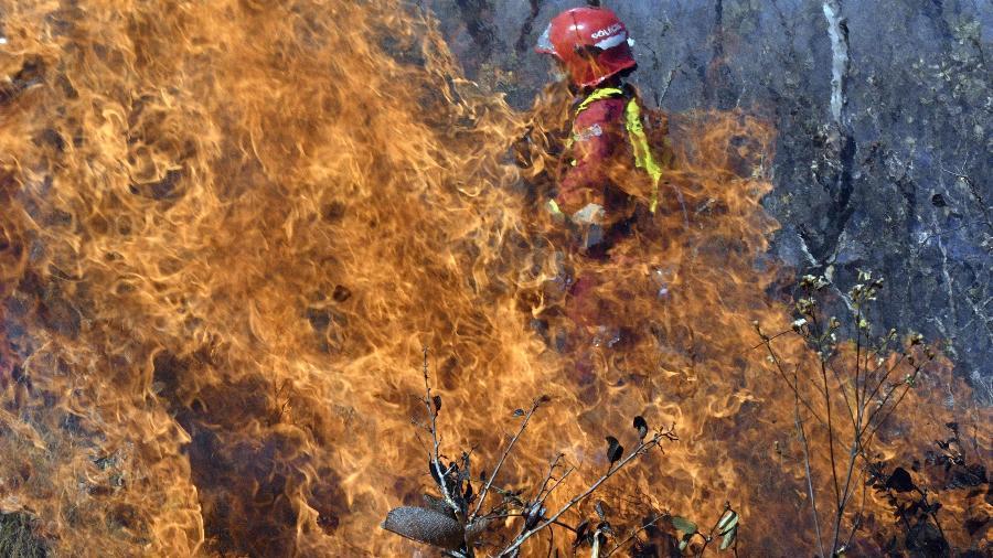 29.ago.2019 - Bombeiro tenta controlar fogo em Charagua, na fronteira entre Bolívia e Paraguai, em trecho da Floresta Amazônica - AIZAR RALDES/AFP