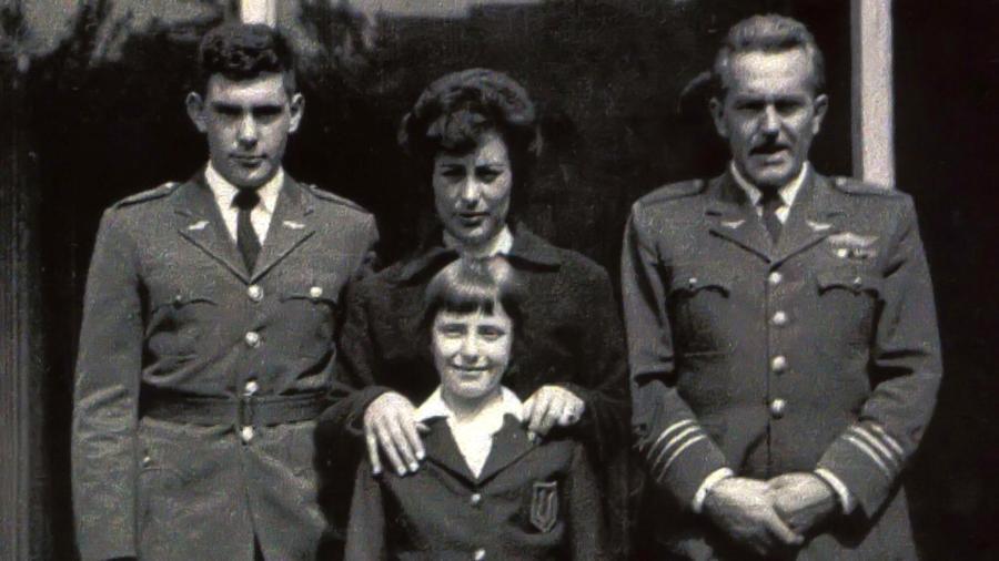 Michelle Bachelet (centro) com a mãe, Ángela Jeria, o pai, o general Alberto Bachelet (dir.) e o irmão Alberto (esq.) em foto de 1961 - Efe/Arquivo