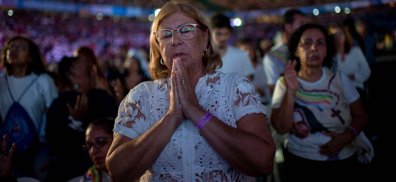 Fiéis católicos rezam durante a cerimônia de canonização de Santa Dulce na Arena Fonte Nova - Mauro Pimentel/AFP