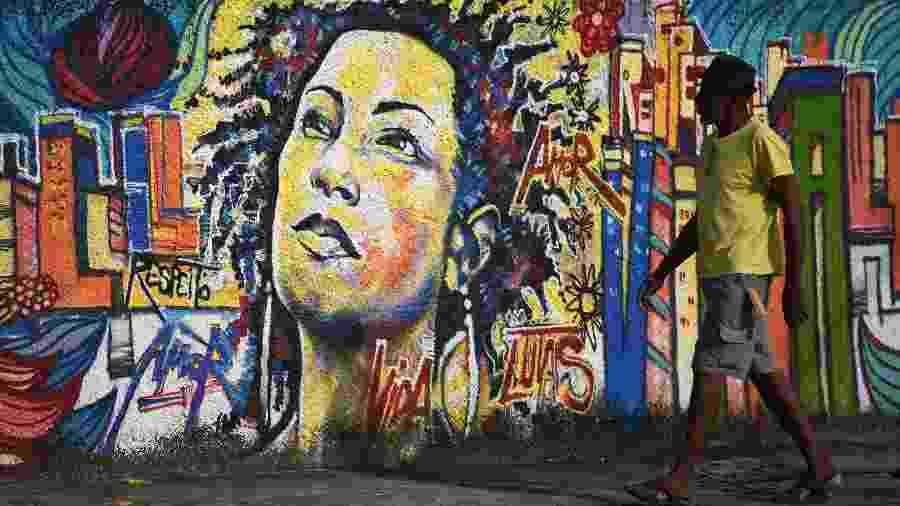Mural no Rio homenageia Marielle Franco, vereadora assassinada em março de 2018 - CARL DE SOUZA/AFP