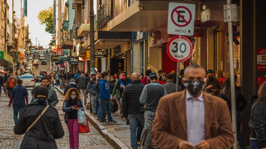 25/05/2020 - Coronavírus: Movimento no comércio na cidade de Porto Alegre (RS) - Pedro Antonio Heinrich/Agência Freelancer/Estadão Conteúdo