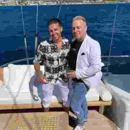 Barrie Drewitt-Barlow e Scott Hutchinson durante passeio de barco - Reprodução/Instagram