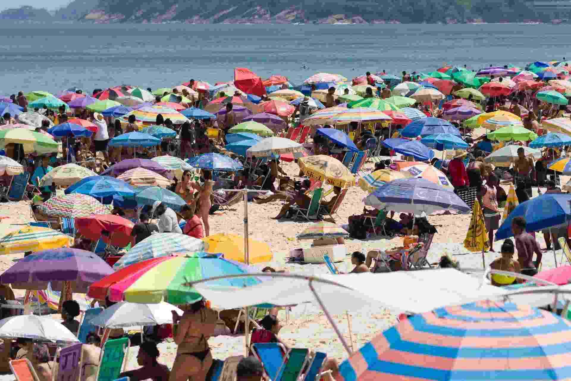 Praia de Ipanema registra aglomeração em domingo com mais de 33 graus no Rio de Janeiro - DANIEL RESENDE/FUTURA PRESS/ESTADÃO CONTEÚDO