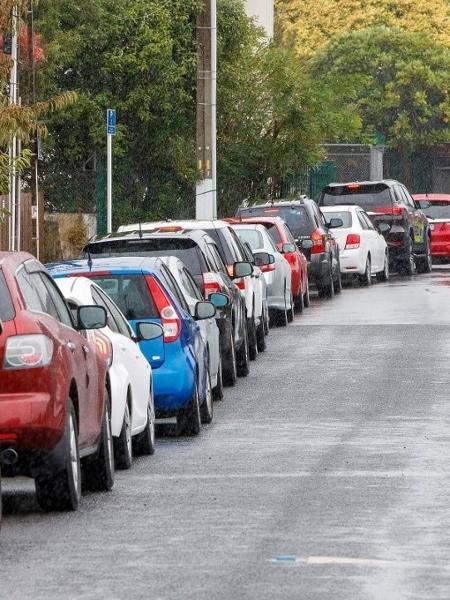 Fila de carros para fazer o teste da covid-19 em Auckland; cidade voltou ao confinamento após registro de novo caso da doença - David Rowland/AFP