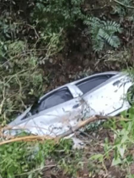 Carro dos políciais caiu em uma ribanceira, após ação dos suspeitos - Reprodução/TV Tem