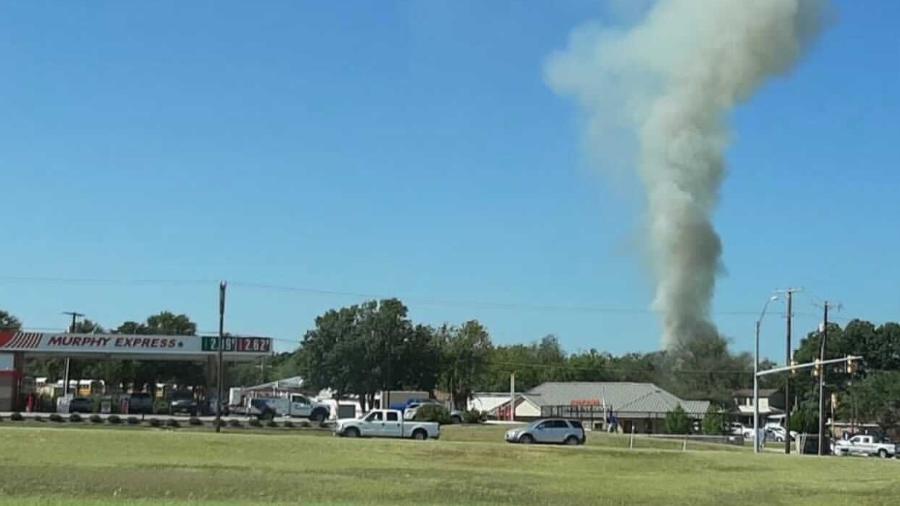 Fumaça indica o ponto em que avião caiu; região está sendo evacuada - Redes Sociais