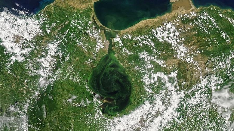 Lago de Maracaibo, no oeste da Venezuela, tem sido símbolo da indústria do petróleo e motor da economia nacional e regional - Nasa via BBC