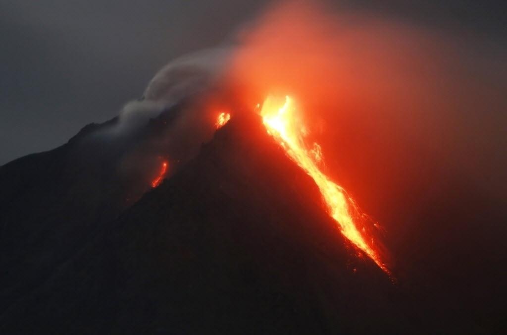 23.jun.2015 - Monte Sinabung expele lava na província de Sumatra, na Indonésia, nesta terça-feira (23). Mais de 10 mil pessoas de 12 aldeias, que vivem em torno do vulcão, deixaram suas casas e se mudaram para acampamentos, segundo a imprensa local