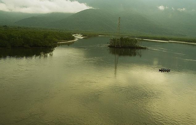 Rio Itapanhaú, no litoral de SP, onde estão mangues e caranguejos sob análise da Promotoria