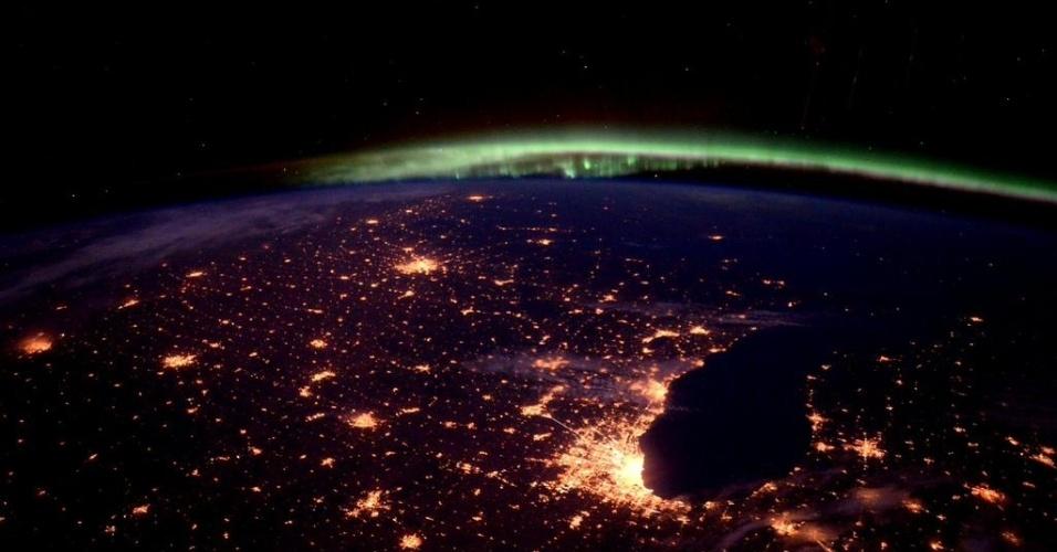 2.out.2015 - O astronauta Scott Kelly registrou as luzes da cidade de Chicago EUA a bordo da ISS (Estação Espacial Internacional). Ao fundo é possível ver a aurora boreal