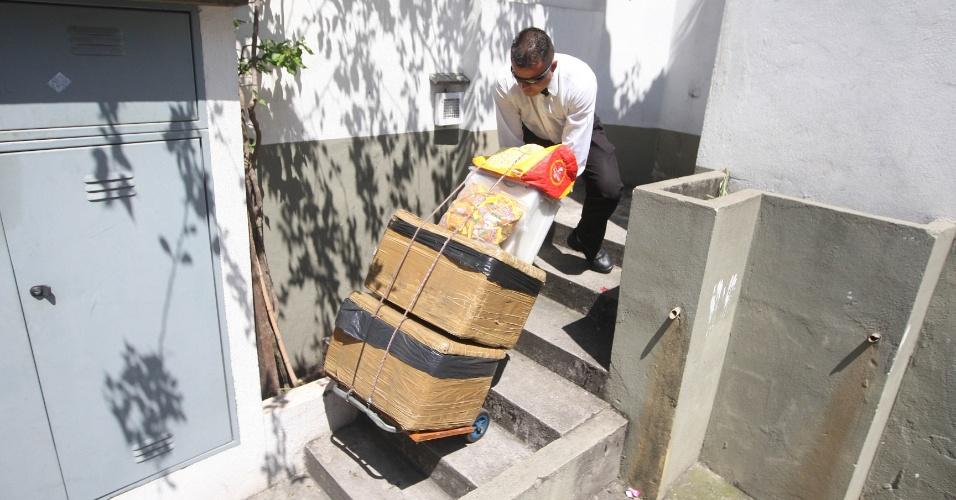 15.out.2015 - Ele diz que carrega cerca de 120 garrafas de água por dia, em duas caixas, levadas por um carrinho de mão