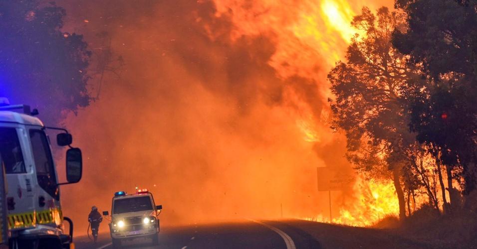 8.jan.2016 - Bombeiros combatem incêndio florestal próximo a Yarloop, no oeste da Austrália. As chamas estão fora de controle e mais do que dobraram em 24 horas, queimando 53 mil hectares. Um terço da cidade de Yarloop foi destruído