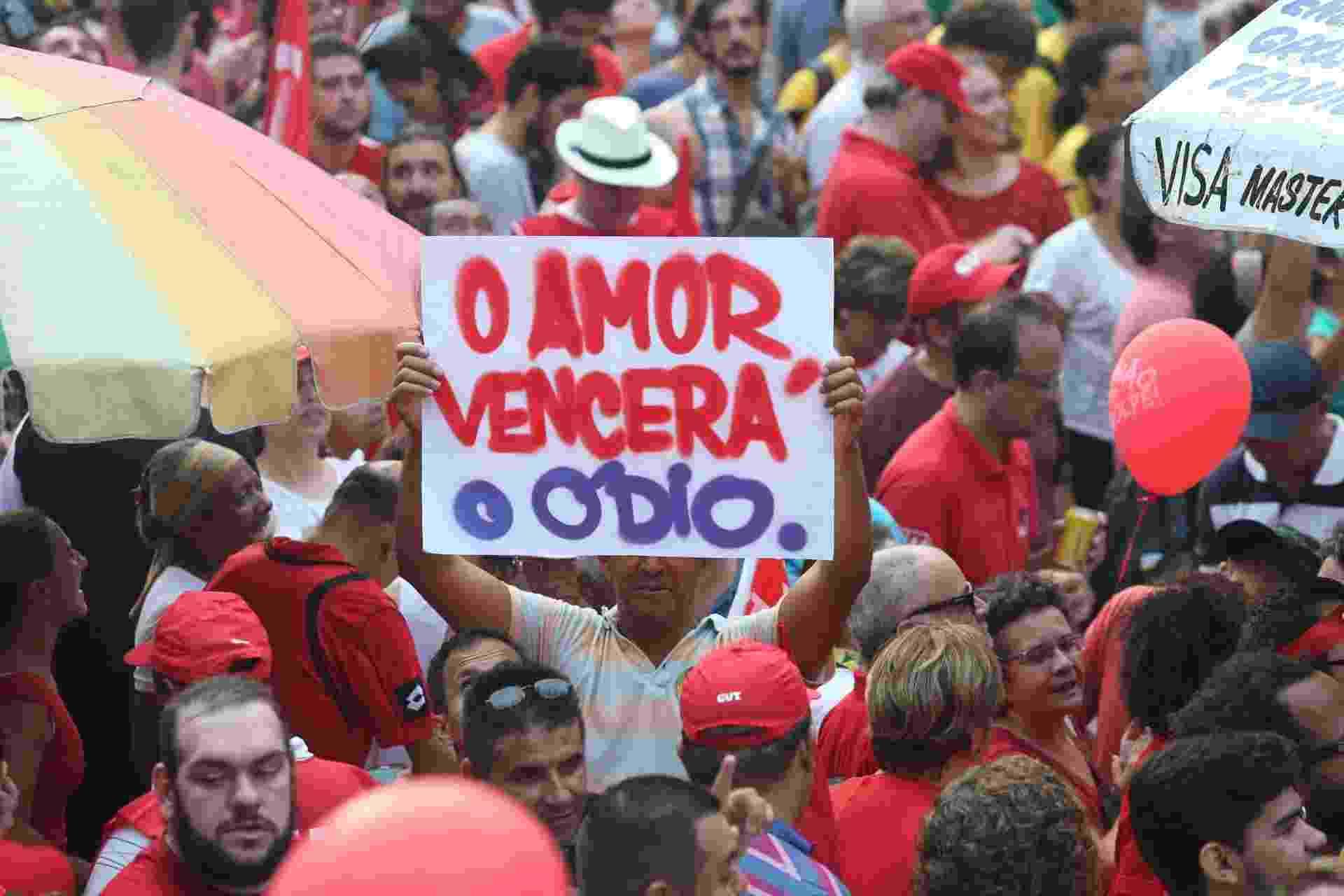 """18.mar.2016 - """"O amor vencerá o ódio"""": em cartaz exibido em São Paulo, manifestantes lembra da raiva exalada por parte da população que exige a saída da presidente Dilma Rousseff (PT) - Alex Silva/Estadão Conteúdo"""
