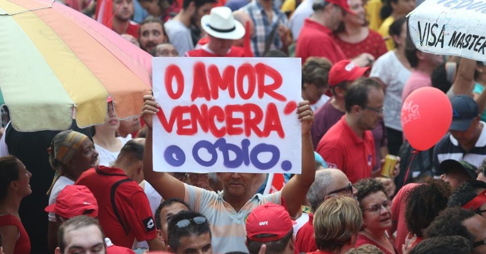 """18.mar.2016 - """"O amor vencerá o ódio"""": em cartaz exibido em São Paulo, manifestantes lembra da raiva exalada por parte da população que exige a saída da presidente Dilma Rousseff (PT)"""