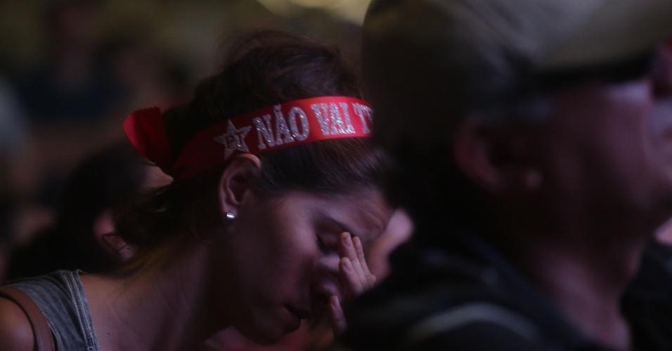 17.abr.2016 - Manifestante abaixa a cabeça após resultado da votação da Câmara dos Deputados que aprovou a abertura do processo de impeachment da presidente Dilma Rousseff, no Vale do Anhangabaú, em São Paulo