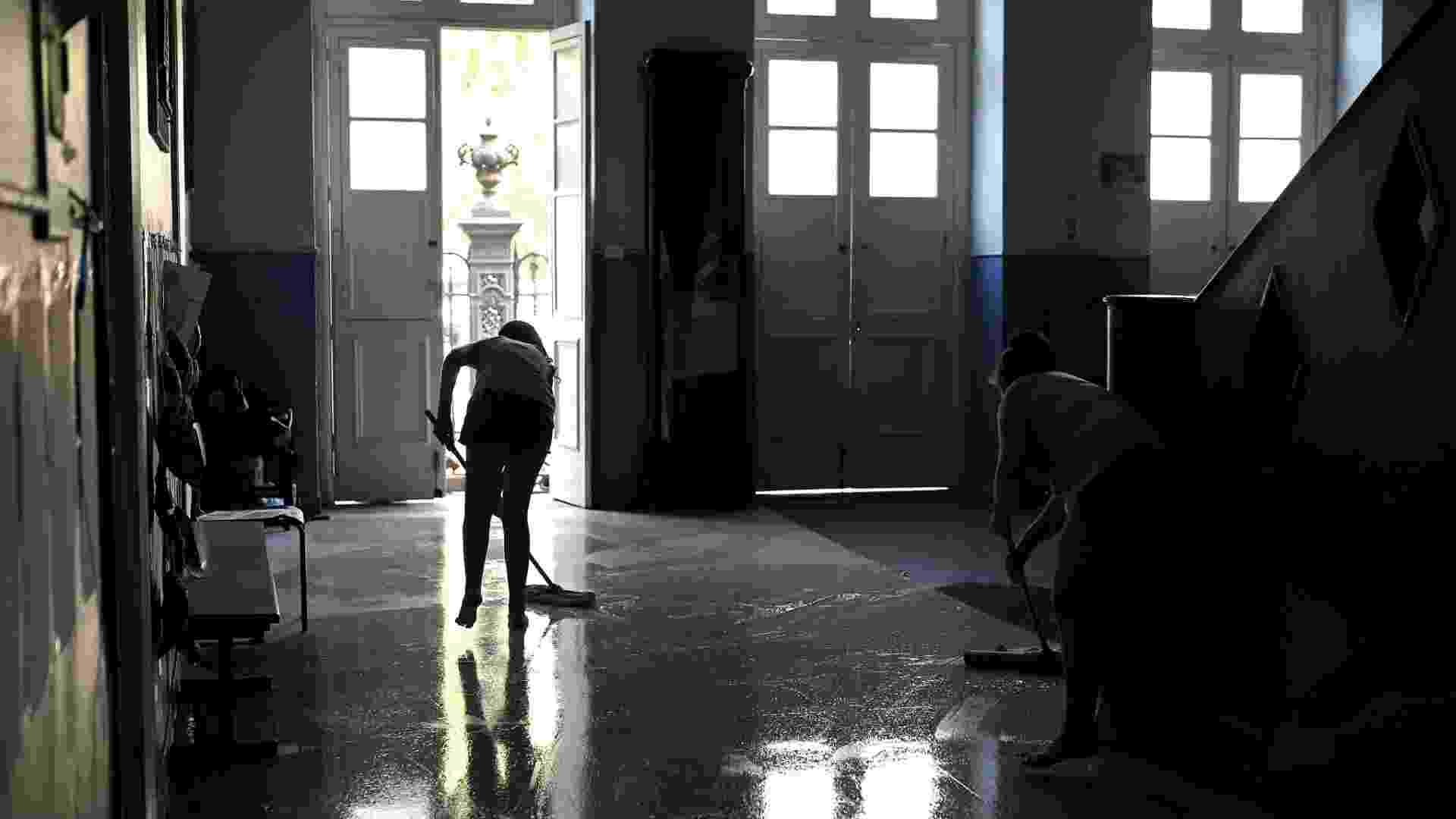 20.abr.2016 - Alunas responsáveis pela limpeza lavam o hall de entrada do Colégio Estadual Amaro Cavalcanti, na zona sul do Rio. As escolas estão ocupadas em apoio à greve dos professores e para pedir melhorias no ensino na rede estadual - Júlio César Guimarães/UOL