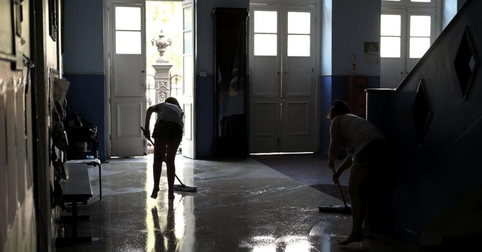 20.abr.2016 - Alunas responsáveis pela limpeza lavam o hall de entrada do Colégio Estadual Amaro Cavalcanti, na zona sul do Rio. As escolas estão ocupadas em apoio à greve dos professores e para pedir melhorias no ensino na rede estadual