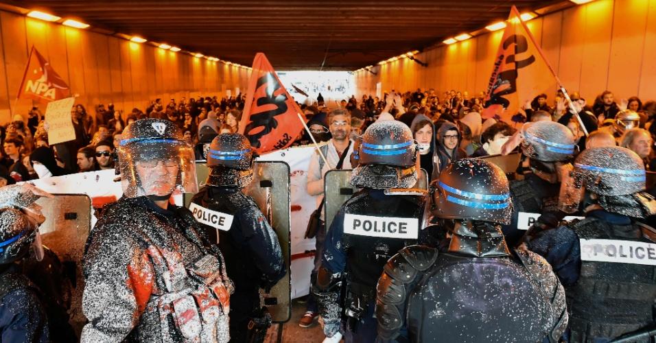 19.mai.2016 - Policiais franceses montam guarda em Paris, na França, após receberam tinta no uniforme, lançadas por manifestantes contra a reforma trabalhista pretendida pelo governo. Esse é o terceiro dia seguido de protestos contra a medida. Na última terça-feira, dezenas de milhares de pessoas (68 mil, segundo a polícia; 220 mil, segundo um sindicato) foram às ruas protestar pelas principais cidades do país