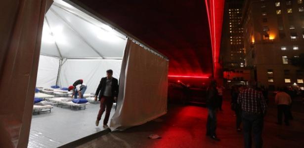 A Prefeitura de São Paulo instalou uma tenda abrigo para moradores de rua embaixo do Viaduto do Chá, no centro da capital paulista, nesta terça-feira. Ao todo são 60 vagas, sendo que, neste albergue é possível dormir com animais