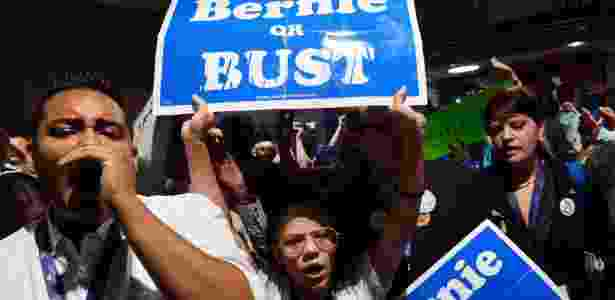 26.jul.2016 - Apoiadores do pré-candidato dos Democratas à Presidência dos EUA Bernie Sanders protestam após Hillary Clinton ser nomeada candidata do partido durante a Convenção Nacional Democrata em Filadélfia, Pensilvânia (EUA) - Charles Mostoller/Reuters - Charles Mostoller/Reuters