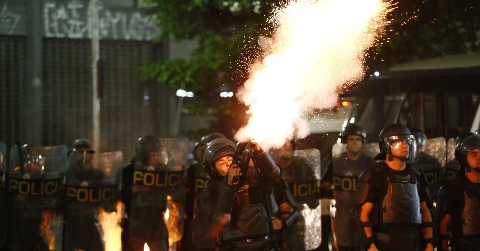 30.ago.2016 - Policial lança bomba de gás contra manifestantes durante ato contra o impeachment da presidente afastada, Dilma Rousseff, no centro de São Paulo