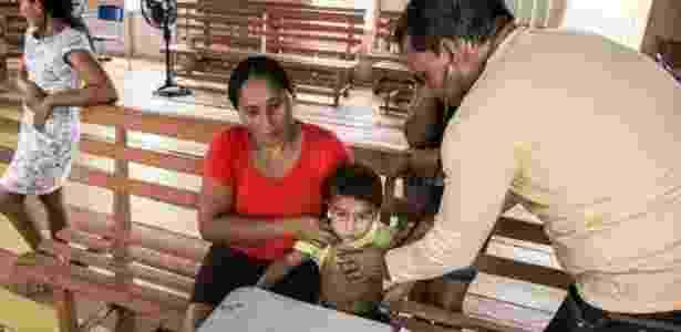 Médico cubano em atendimento em área da Amazônia no Acre - Arison Jardim/Secom Acre