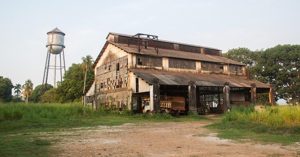 Fordlândia (PA) - A vila foi criada no interior do Pará em 1928, pelo empresário norte-americano Henry Ford, fundador da Ford Motor Company. Ele queria erguer uma fábrica de látex para abastecer a indústria automotiva nos Estados Unidos e não mais depender da Inglaterra. Ford projetou uma cidade típica americana em plena selva amazônica. O empreendimento fracassou devido às condições inadequadas do plantio das seringueiras. Em 1950, após a falência da indústria, os moradores abandonaram o local