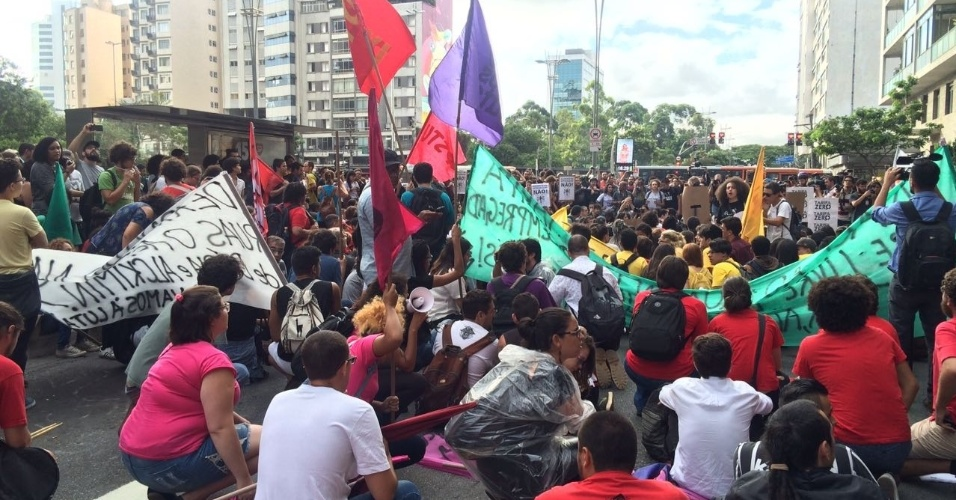 Os manifestantes questionam o governador Geraldo Alckmin (PSDB) e o prefeito João Doria (PSDB), que tentaram aumentar os valores de integração e do bilhete único mensal. Os reajustes foram vetados pela Justiça de São Paulo