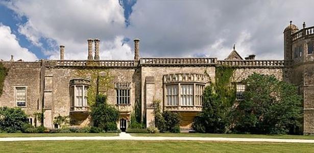 """Imagem atual da Abadia de Lacock, em Wiltshire, Inglaterra. Construção foi cenário de filmes como """"Harry Potter e a pedra filosofal"""", """"Orgulho e preconceito"""", """"Emma"""", """"Moll Flanders"""" e """"A Outra"""""""