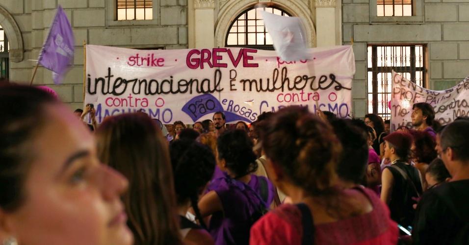 08.mar.2017 - Marchas feministas saíram da Paulista e da Sé nesta quarta-feira e se encontraram no centro de São Paulo em uma grande manifestação pelos direitos das mulheres