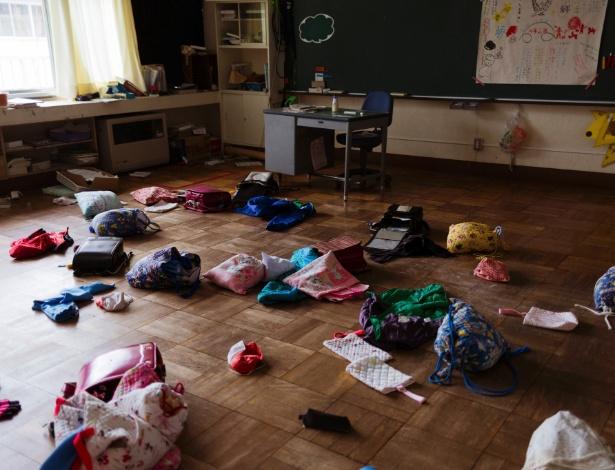 Pertences de estudantes permanecem largados em escola primária desde que deixaram a sala de aula há seis anos, em Futaba, cidade que fica dentro da zona de exclusão nuclear de Fukushima, no Japão