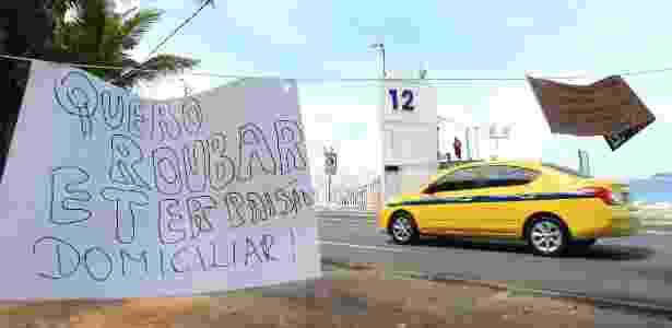 Cartazes protestam contra decisão do STF de mandar mulher de Cabral para prisão domiciliar - MAÍRA COELHO/AGÊNCIA O DIA/AGÊNCIA O DIA/ESTADÃO CONTEÚDO