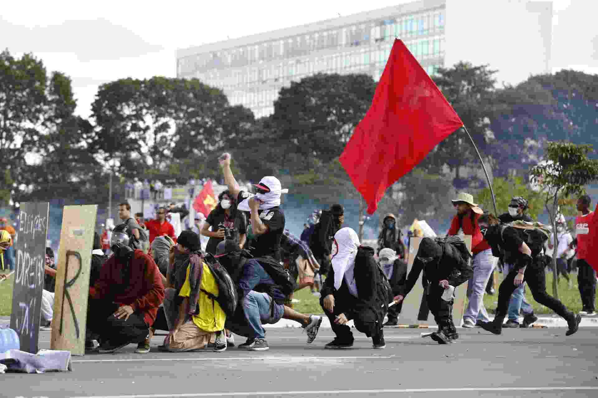 24.mai.2017 - Manifestantes fazem protesto contra o presidente Michel Temer, nas ruas da Esplanada dos Ministérios, em Brasília - Pedro Ladeira/Folhapress