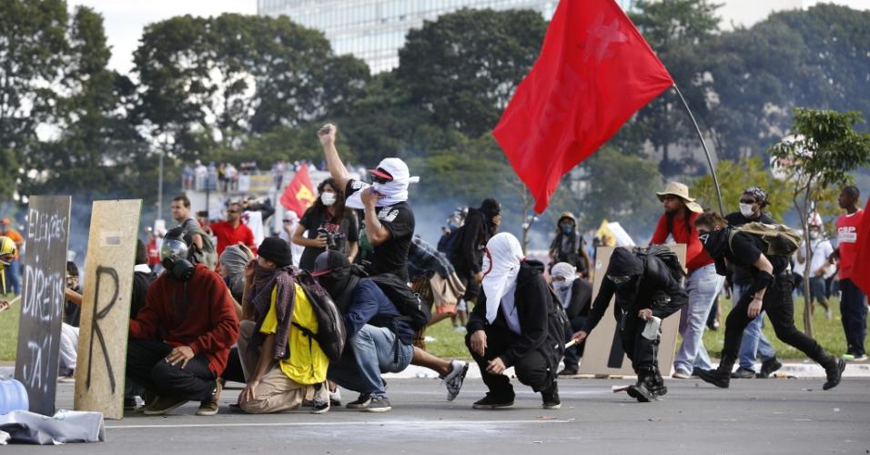 24.mai.2017 - Manifestantes fazem protesto contra o presidente Michel Temer, nas ruas da Esplanada dos Ministérios, em Brasília