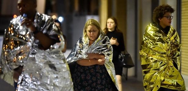 Testemunhas que estavam no local do ataque em Londres se protegem com mantas térmicas