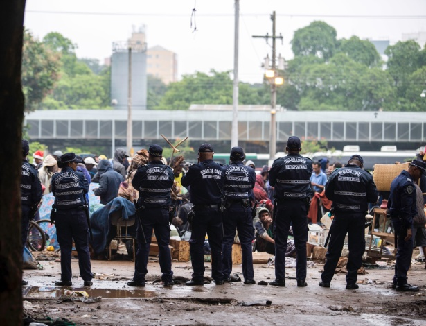 Agentes da Guarda Civil Metropolitana isolam usuários de crack na Praça Princesa Isabel para facilitar a identificação de traficantes e para que a limpeza da praça continue a ser efetuada