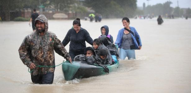 28.ago.2017 - Moradores são resgatados de região inundada em Houston, Texas - Scott Olson/Getty Images/AFP
