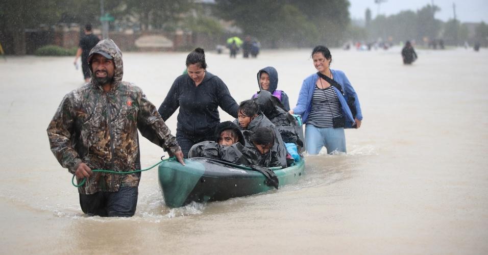 28.ago.2017 - Moradores são resgatados de região inundada em Houston, Texas