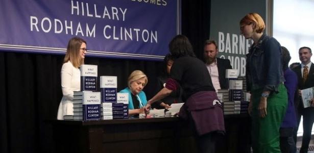 """12.set.2017 - Hillary Clinton assina cópias de seu livro """"What Happened?"""" em Nova York"""