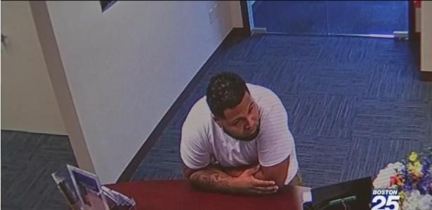 O suspeito tentou despistar a polícia entrando em uma loja para fazer um teste de emprego