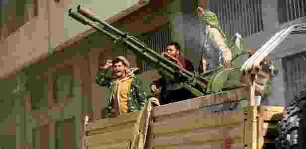 Combatentes rebeldes huthis atacam a casa de Ali Abdullah Saleh em Sanaa - MOHAMMED HUWAIS/AFP