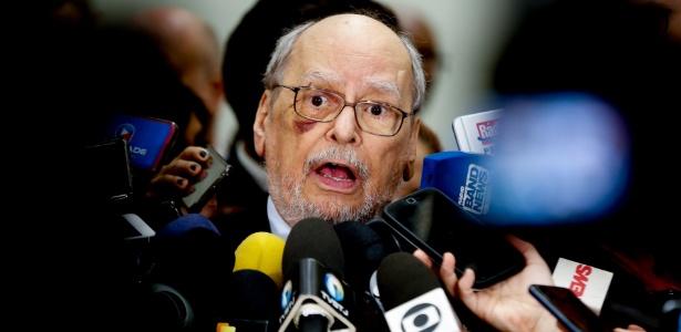 6.mar.2018 - O advogado do ex-presidente Lula, Sepúlveda Pertence, logo após julgamento do mérito do habeas corpus preventivo no STJ